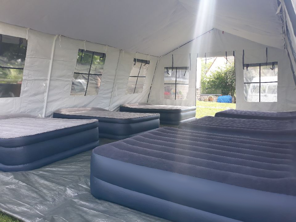 Notre barnum exclusif,livré et monté pour héberger jusu'à 12 personnes confortablement. Pack sommeil en option : matelas gonflable et coffres de rangement faisant office de table de chevet.